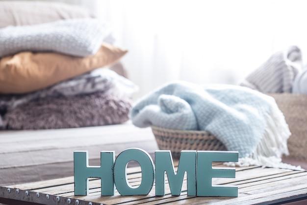Elemente der gemütlichen wohnkultur auf dem tisch im wohnzimmer