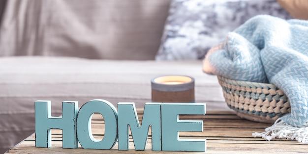 Elemente der häuslichen gemütlichen einrichtung auf dem tisch im wohnzimmer