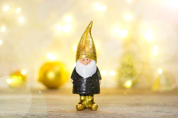 Elf verziert mit pailletten in schwarzer, goldener farbe auf bokeh-hintergrund.