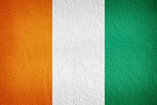 Elfenbeinküste-flagge gemalt auf schmutzwand