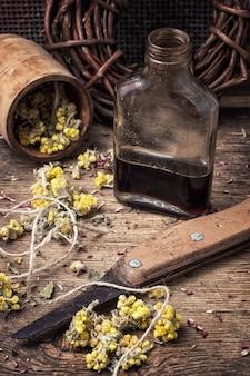 Elixier-trank mit kräutern