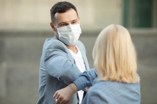 Ellbogengruß, um die ausbreitung des coronavirus zu vermeiden