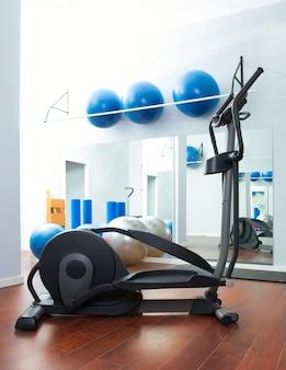 Elliptischer crosstrainer des kardiotrainings der aerobic an der turnhalle