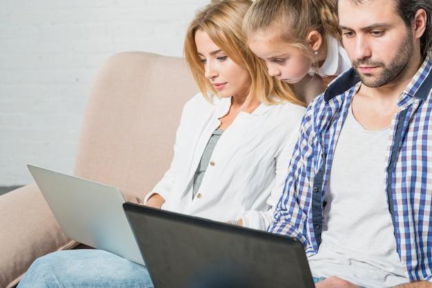 Eltern arbeiten mit laptops