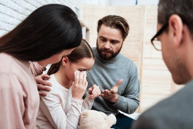 Eltern beruhigen sich schreiende tochter-therapie-sitzung