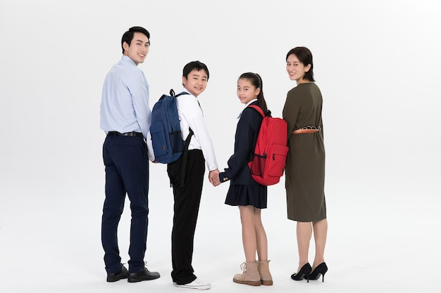 Eltern bringen ihre kinder zur schule