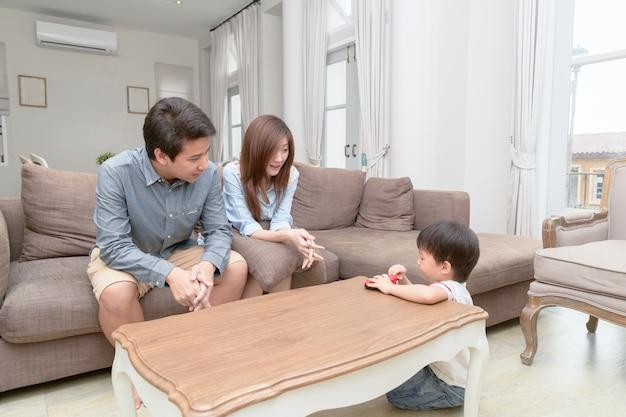 Eltern bringen kindern bei, spielzeug nach dem spielen zu behalten