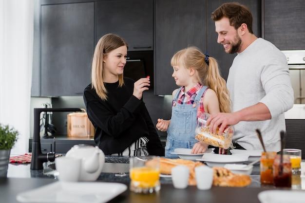 Eltern, die frühstück für tochter kochen