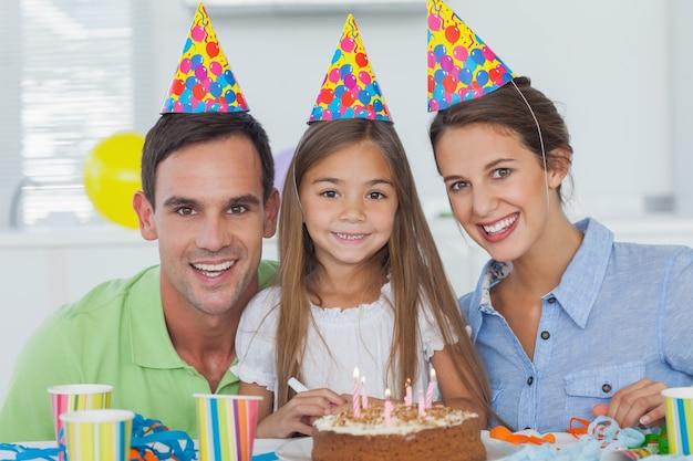 Eltern, die ihren geburtstag der kleinen mädchen feiern