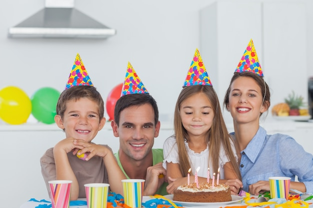 Eltern, die ihren tochtergeburtstag feiern