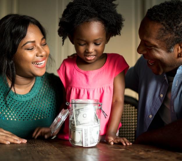 Eltern, die ihrer tochter beibringen, wie man geld spart