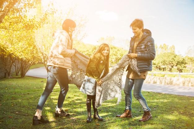 Eltern, die mit ihrer tochter im park genießen