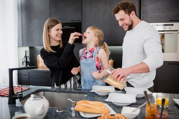 Eltern, die tochter in küche einziehen