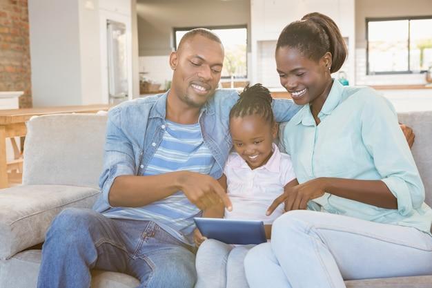 Eltern, die tochter unter verwendung des tabletten-pc aufpassen