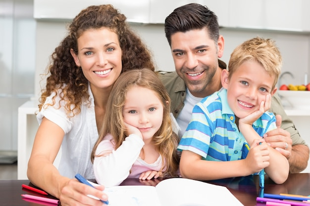 Eltern färben mit ihren kindern am tisch
