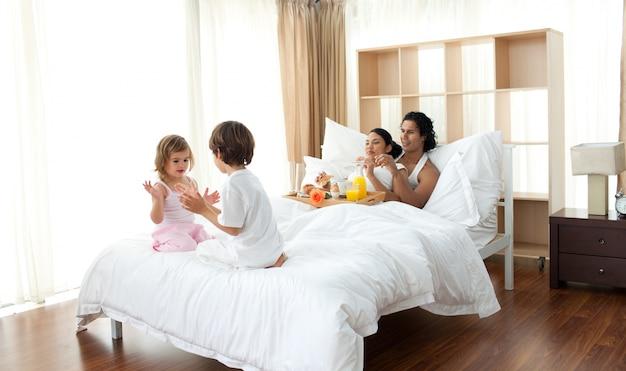 Eltern frühstücken und kinder spielen