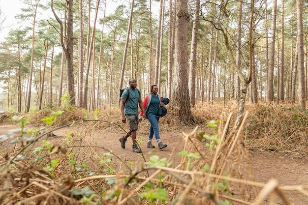 Eltern gehen zusammen im wald spazieren