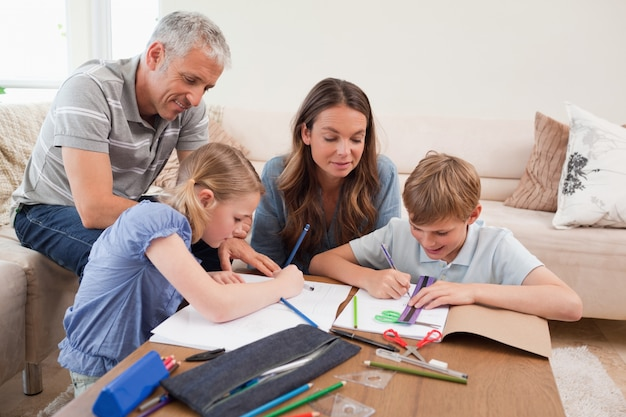 Eltern helfen ihren kindern, ihre hausaufgaben zu machen