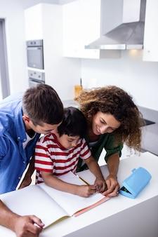 Eltern helfen sohn bei den hausaufgaben