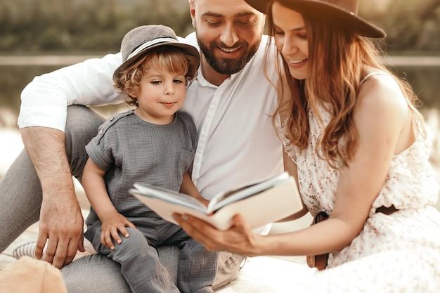 Eltern lesen buch zu süßen sohn