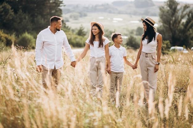 Eltern mit ihren kindern, die auf dem gebiet gehen