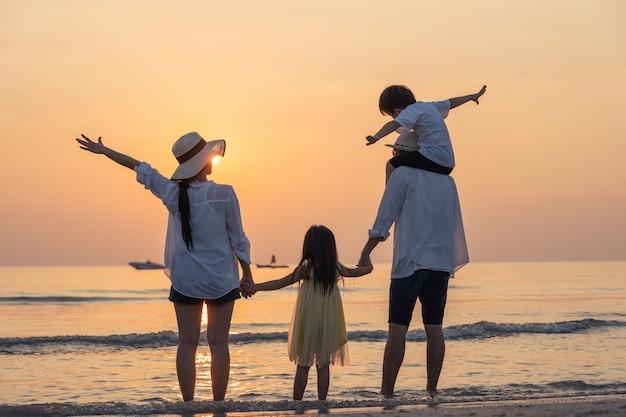 Eltern mit kindern genießen urlaub am strand