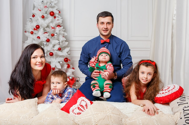 Eltern mit kindern in einer weihnachtsfotosession
