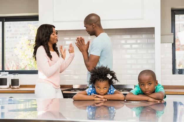Eltern streiten vor kindern