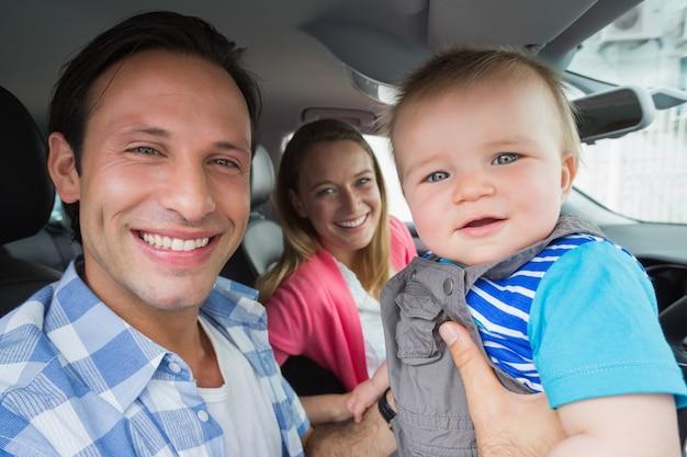 Eltern und baby auf einer fahrt