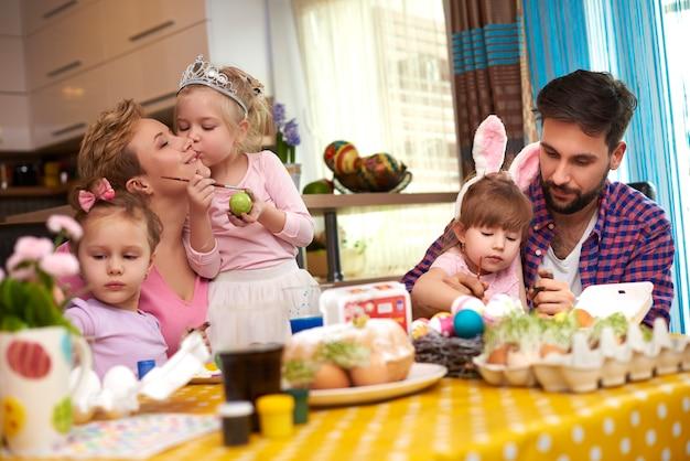 Eltern und drei mädchen vor ostern