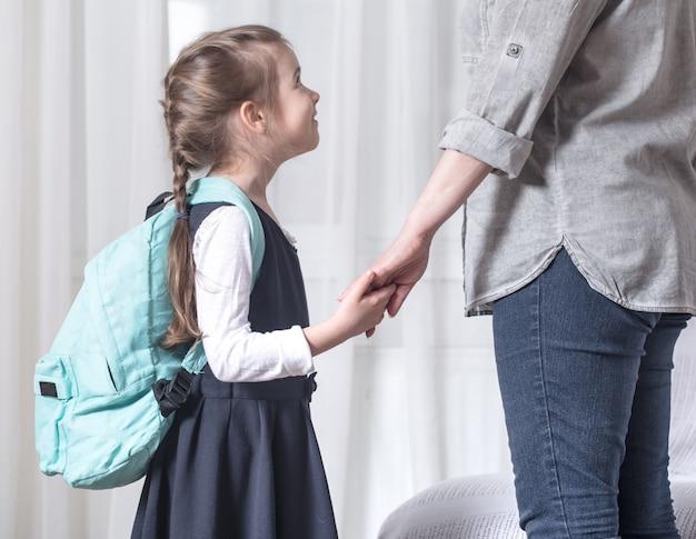 Eltern und grundschüler gehen hand in hand