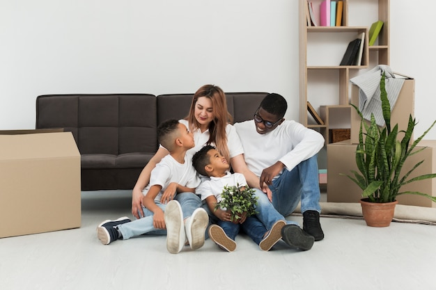 Eltern und kinder bleiben zusammen auf dem boden