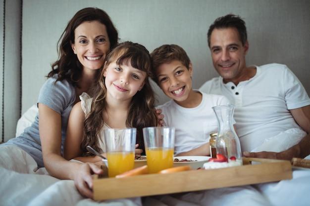 Eltern und kinder frühstücken im bett