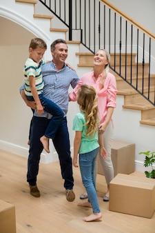 Eltern und kinder haben spaß im wohnzimmer
