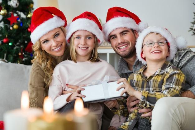 Eltern und kinder mit geschenken in den händen