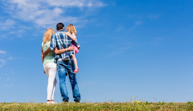 Eltern und tochter, arm in arm in rückansicht