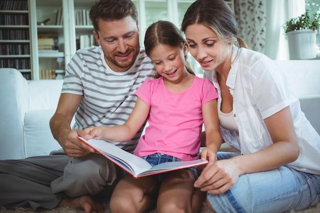 Eltern und tochter betrachten fotoalbum
