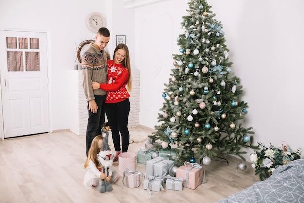 Eltern und tochter, die weihnachten zu hause feiern
