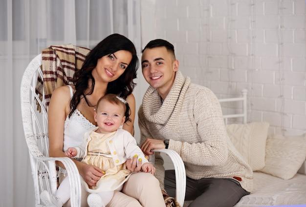 Eltern und tochter in weißen kleidern