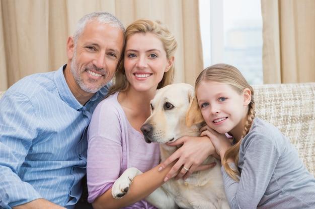 Eltern und tochter mit haustier labrador