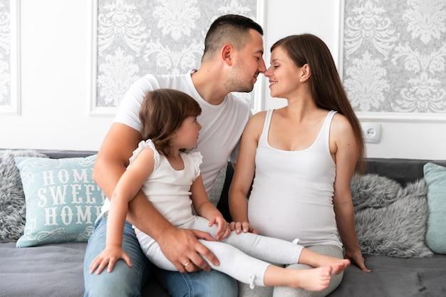 Eltern und tochter warten auf ein neues mitglied