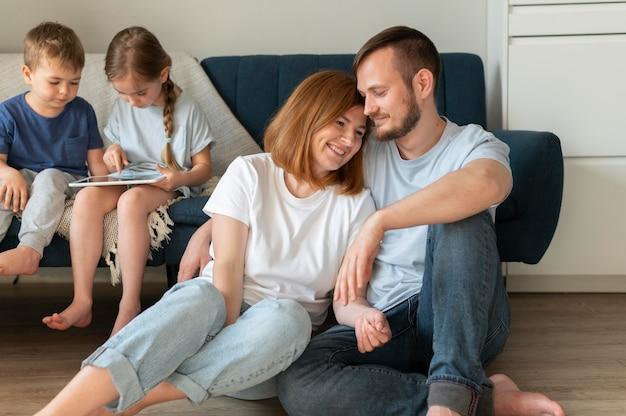 Eltern verbringen zeit mit ihren kindern