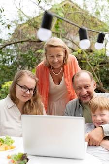 Eltern verbringen zeit mit ihrer tochter und ihrem enkel