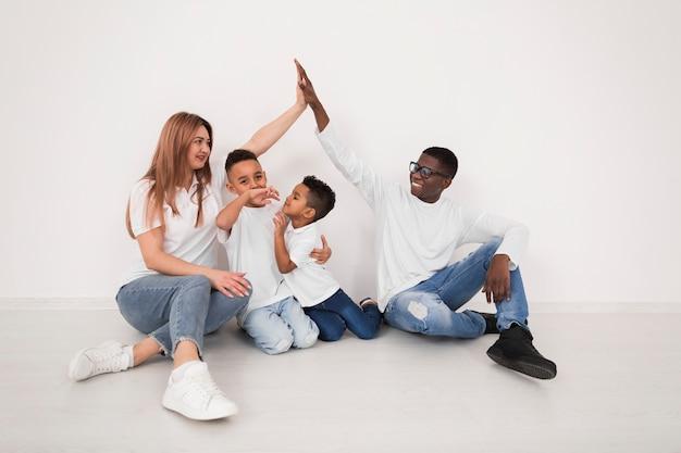 Eltern verbringen zeit zusammen mit ihren kindern