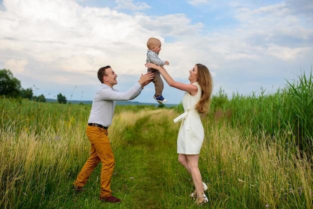 Eltern werfen ihren einjährigen sohn in den himmel.