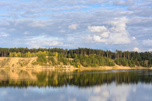 Emerald lake mit strukturellen wolken, sandigen bergen und wald. blick von einem hohen berg. kasan, russland.