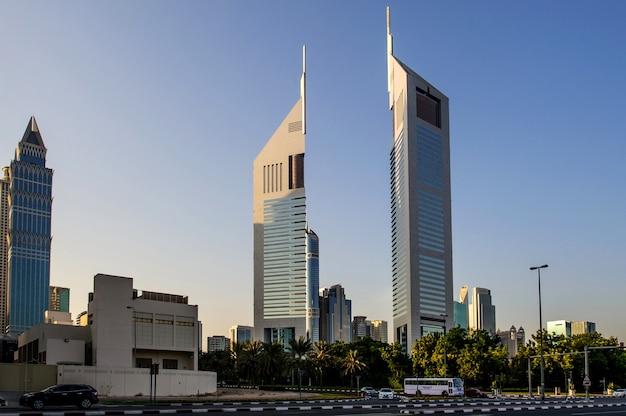 Emirates towers in der nacht in dubai, vereinigte arabische emirate