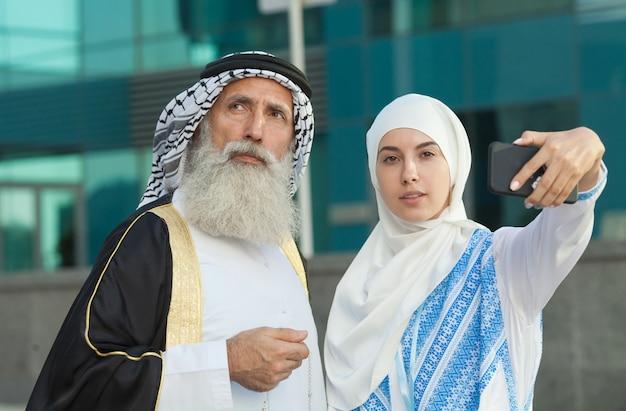 Emirati paar, das fotos oder selfie macht