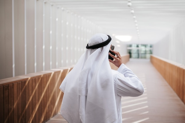 Emirati-typ, der selfie im städtischen stadtlebensstil innenstadt im herzen von dubai nimmt