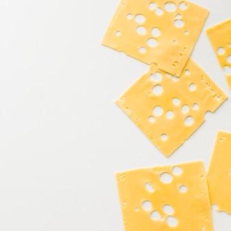 Emmentaler-käsescheiben der draufsicht feinschmeckerische mit kopienräumen